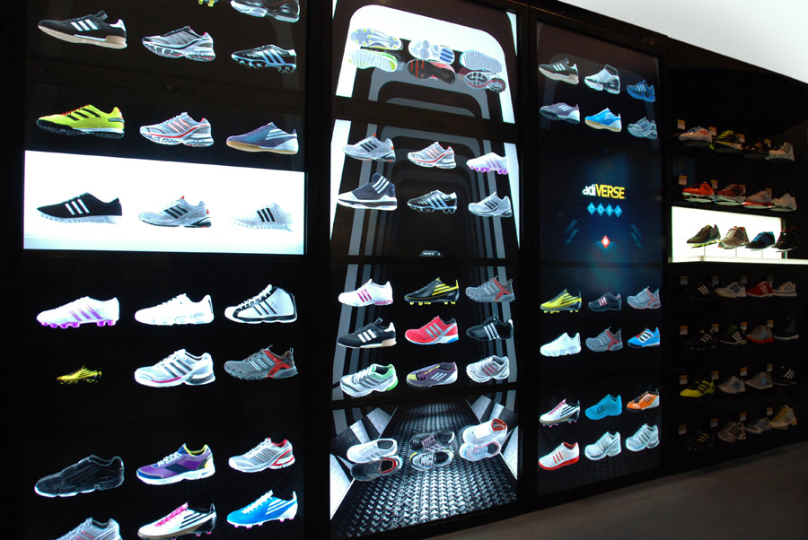 adidas setzt auf touchscreen wand statt schuhregal itopnews. Black Bedroom Furniture Sets. Home Design Ideas