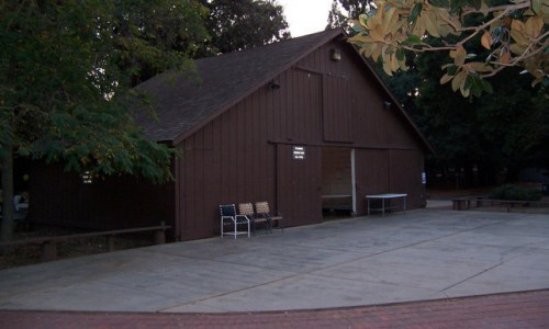 applecampus_barn