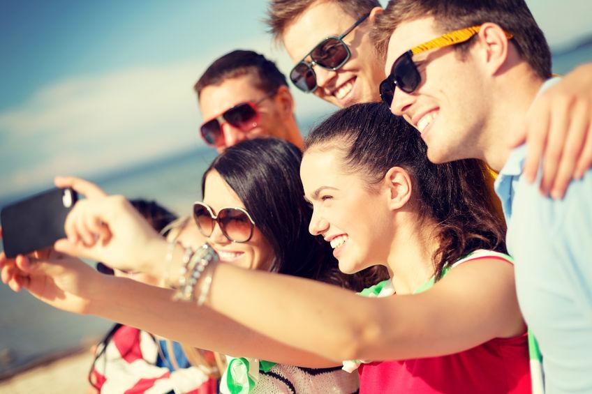 Smartphone Party junge Leute Usertreffen