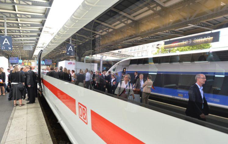 (Frankfurt a. M./Paris, 23. Juli 2015) Mit einer Präsentationsfahrt zwischen Frankfurt/Main und Paris haben der Vorstandsvorsitzende der Deutschen Bahn (DB) Dr. Rüdiger Grube und Bundesminister für Verkehr und digitale Infrastruktur Alexander Dobrindt den neuen ICE 3 der Baureihe 407 offiziell im deutsch-französischen Hochgeschwindigkeitsverkehr eingeführt. In Paris wurde der Zug mit zahlreichen Ehrengästen vom Präsidenten der französischen Bahn SNCF Guillaume Pepy in Empfang genommen. Anschließend unterzeichneten die beiden Konzernchefs einen Vertrag, mit dem DB und SNCF ihre erfolgreiche Zusammenarbeit im grenzüberschreitenden Hochgeschwindigkeitsverkehr bis 2020 verlängern.