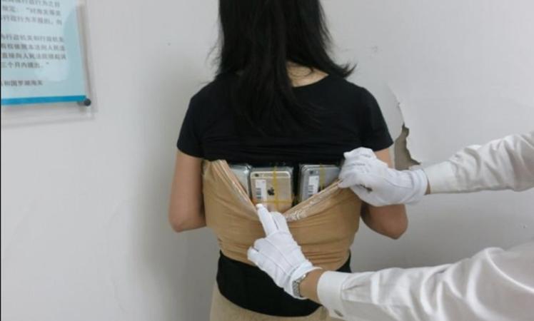 Schmugglerin klebte sich 102 iPhones an den Körper