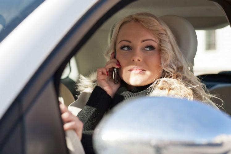 Smartphone im Auto
